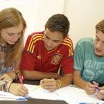 Groupe d'enfants apprenant une langue