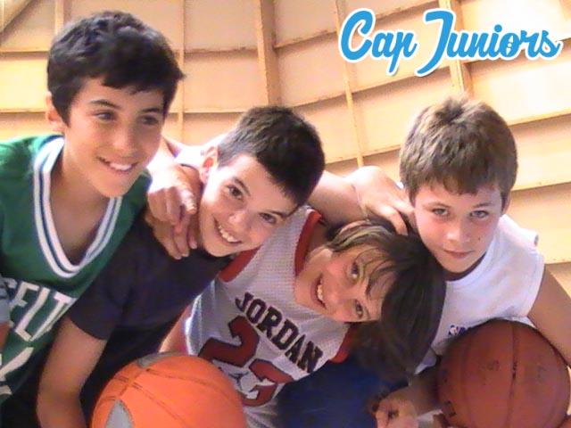 4 jeunes sportifs en stage de basket
