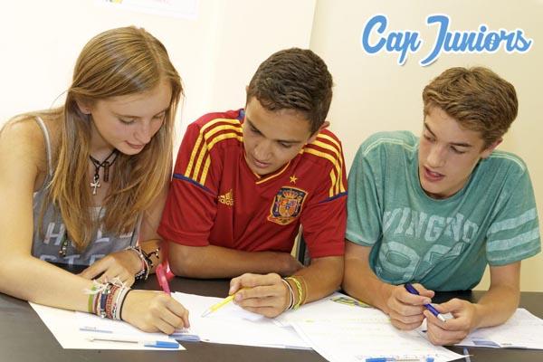 3 jeunes ados révisant leurs cours en séjour linguistique Cap Juniors