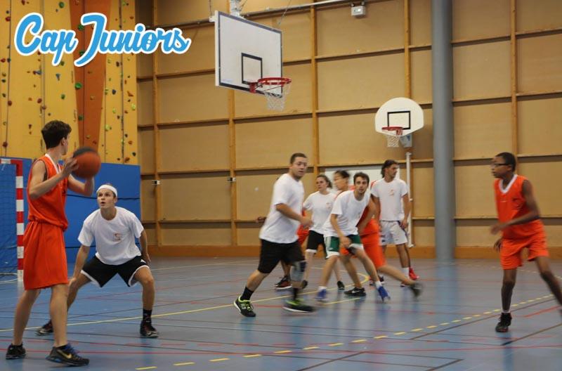 Un match de basketball lors d'un stage de basket   capjuniors.com