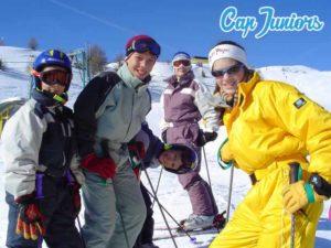 Jeunes skieurs en colonie de vacances à la montagne