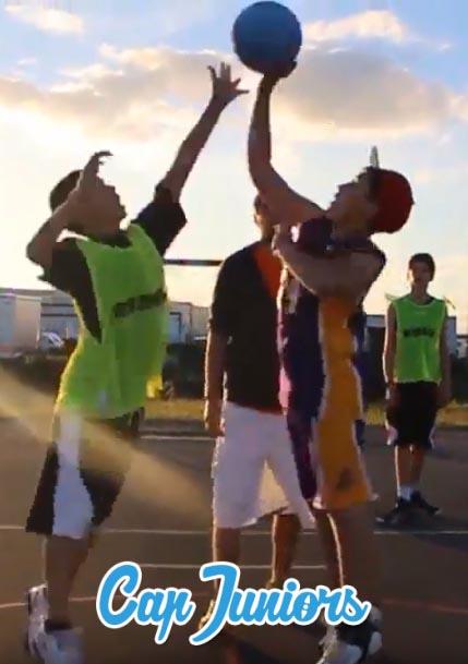 2 ados se disputent le ballon de basket au moment de l'engagement de la partie