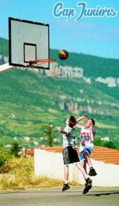 2 jeunes joueurs cherchent à marquer le point au panier de basket