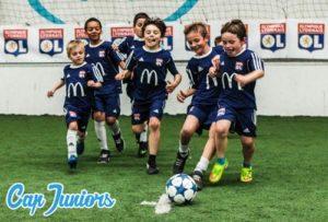 Un groupe d'enfants court après un ballon de foot
