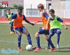3 ados en action lors d'un entraînement de foot
