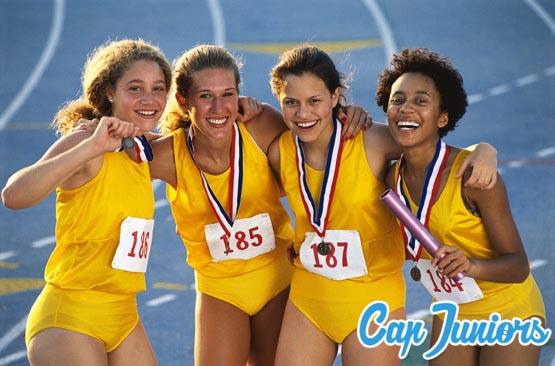 4 adolescentes regroupées pour une photo finsh après une épreuve de course à pied
