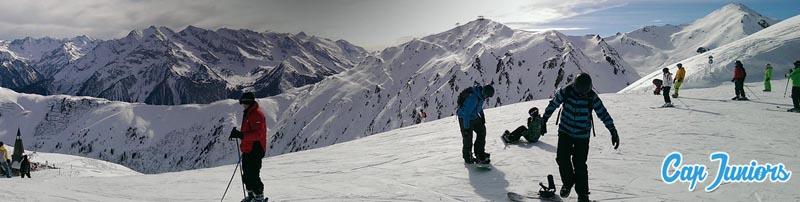Des skieurs à la montagne en vacances d'hiver.