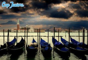 Paysage de Venise avec des gondoles au 1er plan, au loin on voit la célèbre cité lacustre italienne