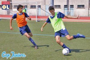 2 ados en pleine action à l'entraînement de foot