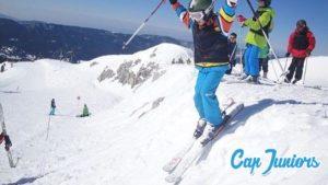 Un jeune skieur vient de sauter un petite bosse