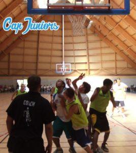 Joueurs de basket en action sous la raquette