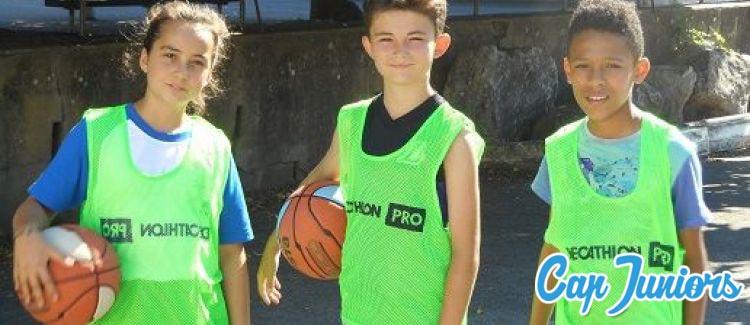 3 jeunes basketeurs en tenue d'entraînement