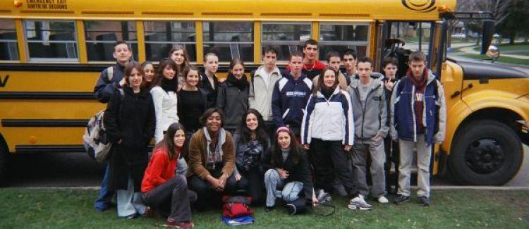 Adolescents devant leur bus jaune typique de l'Amérique du nord
